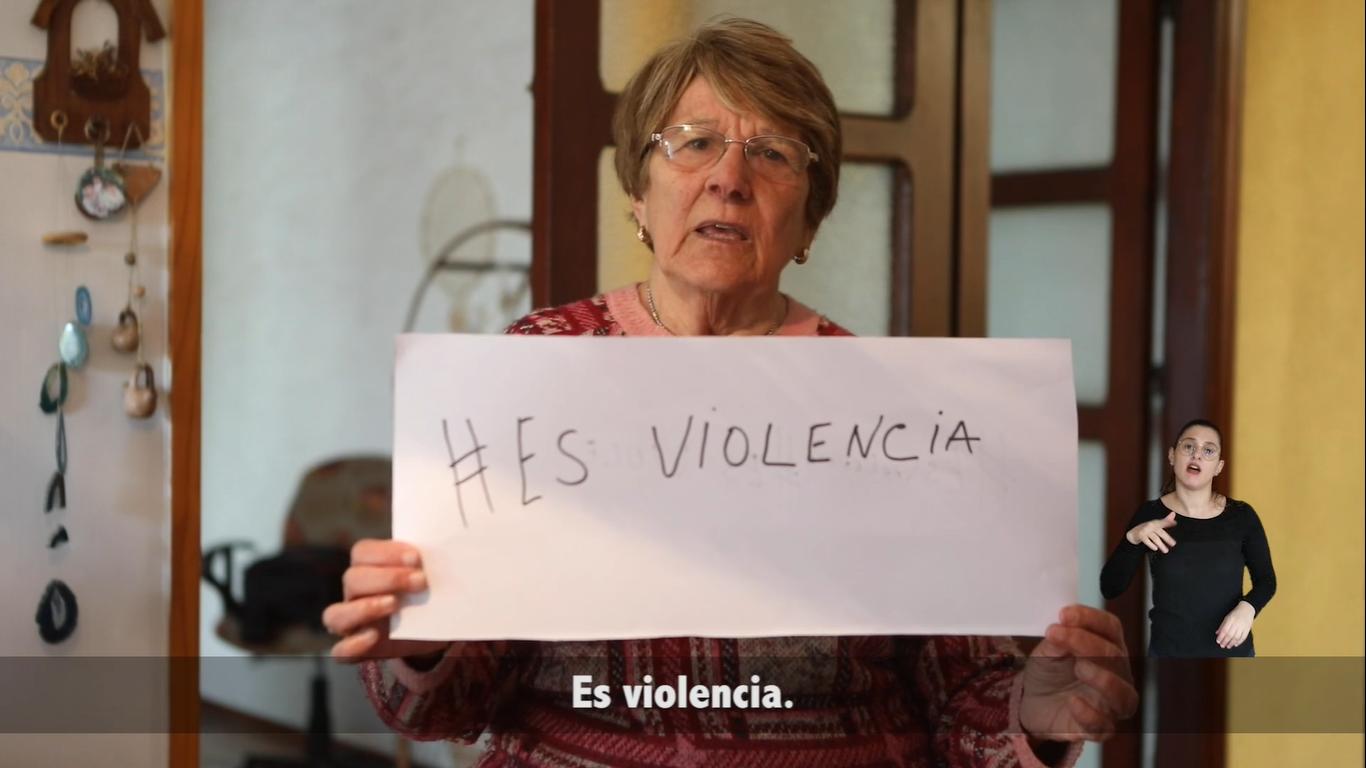 """Foto de una mujer anciana con un letrero que dice """"Es violencia"""""""
