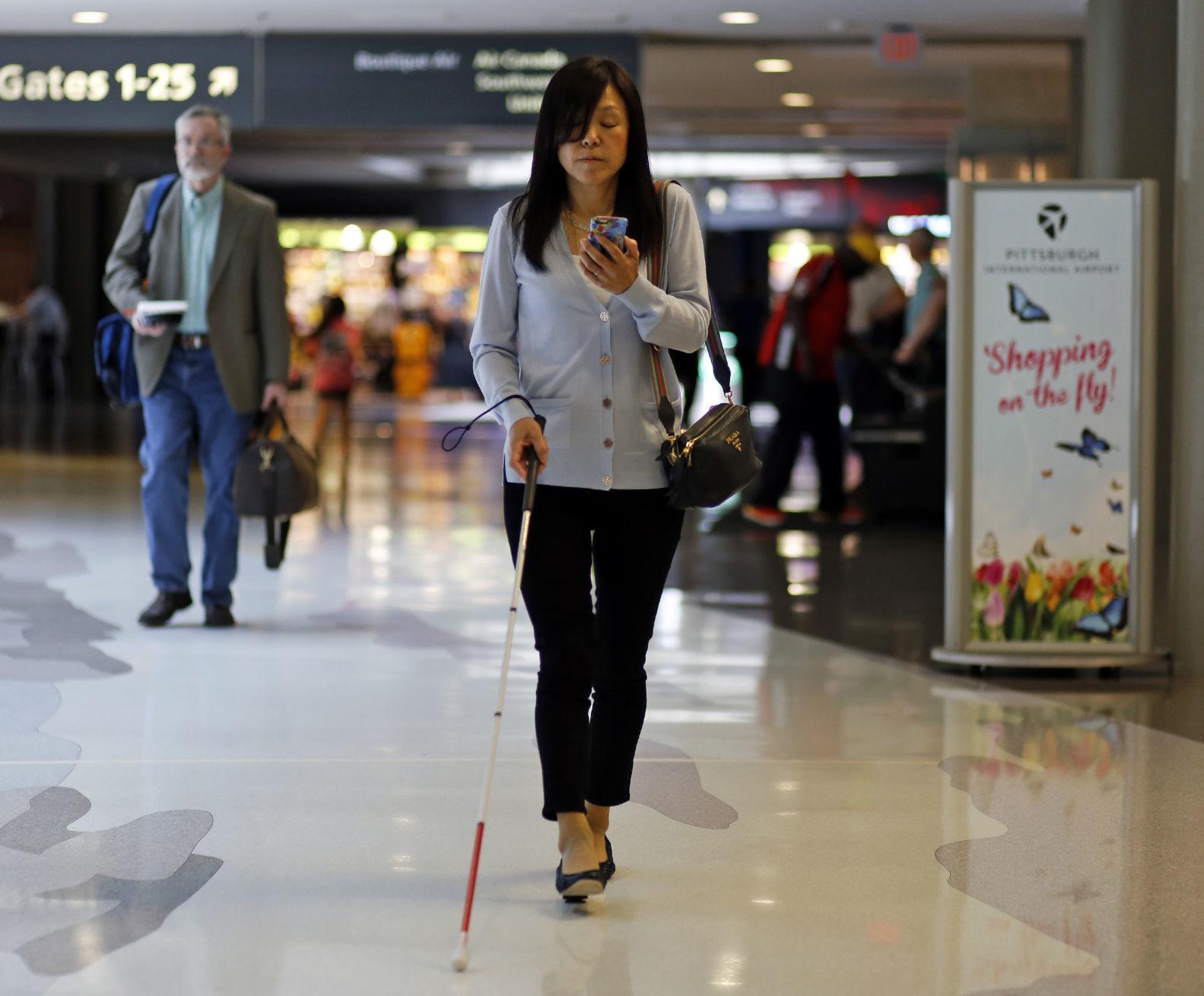 Mujer ciega recorre centro comercial