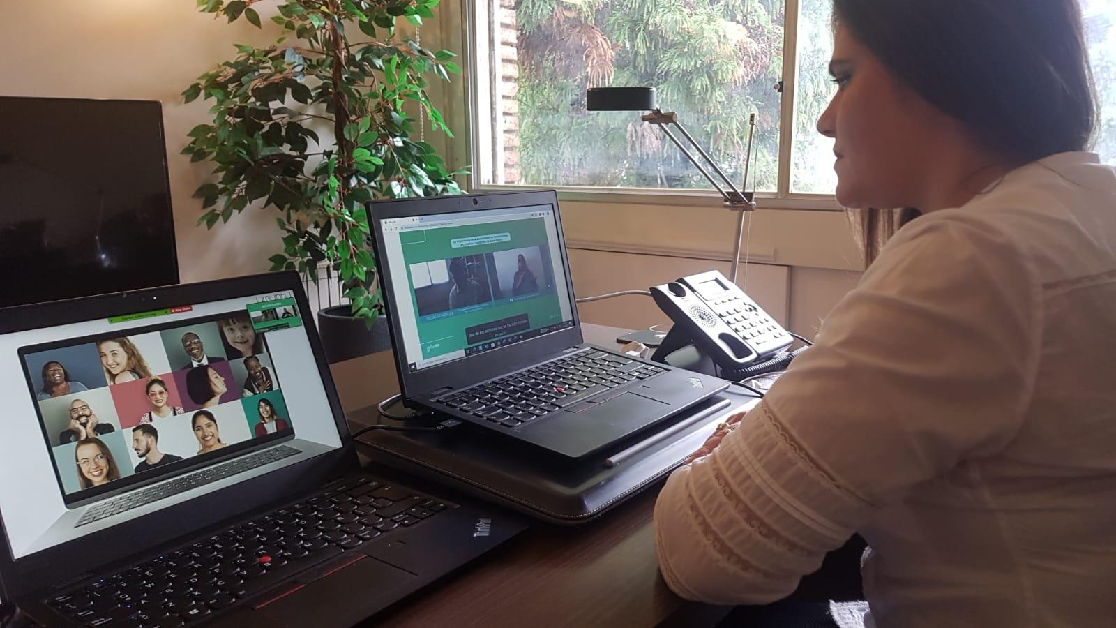 Mujer mira evento accesible en la computadora