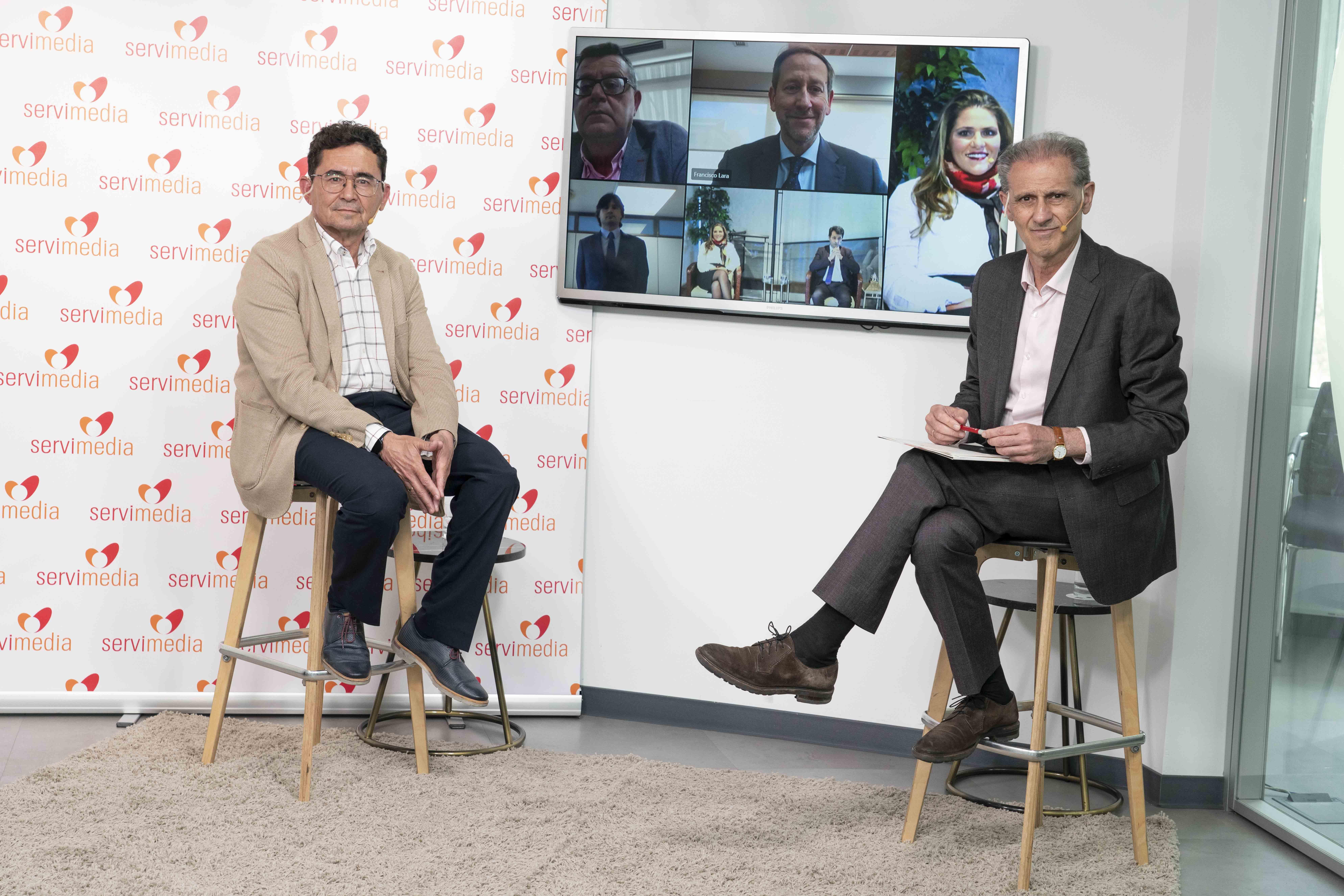 Imagen evento lanzamiento del Sello Bequal. Oradores en pantalla.