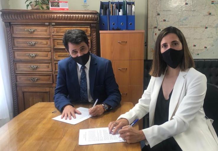 Director de empleo y directora de Umuntu firmando acuerdo