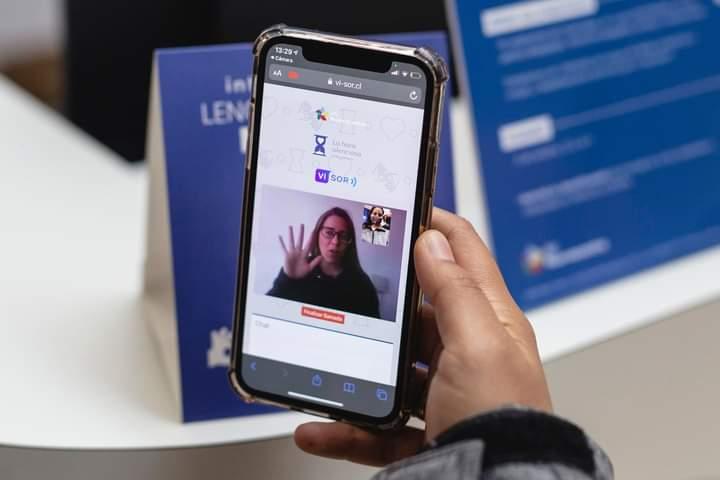 Celular conectado con intérprete de Lengua de Señar mediante Vi-Sor