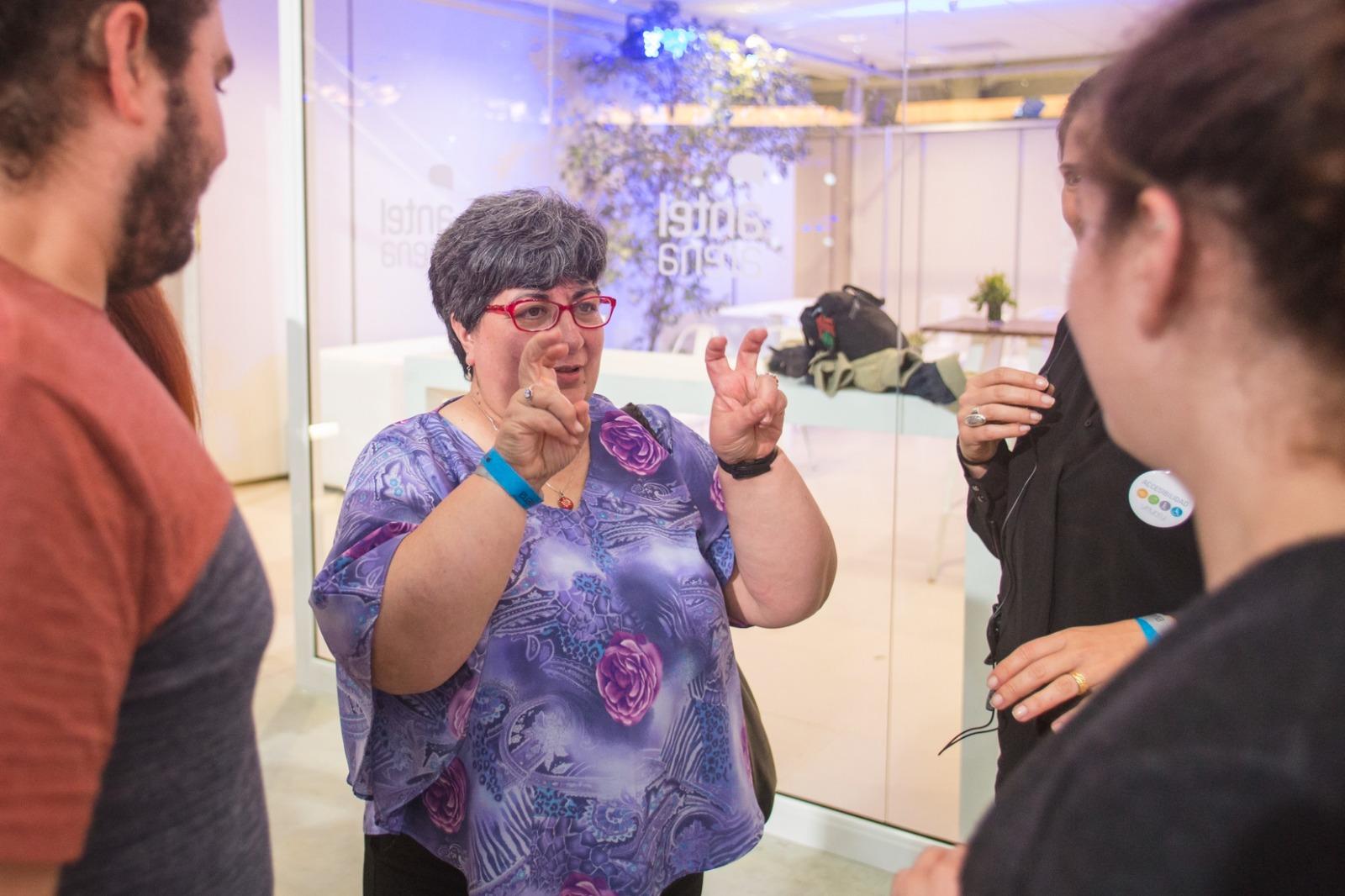 mujer interpretando lengua de señas
